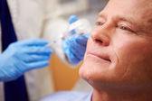 Uomo avendo trattamento botox — Foto Stock