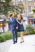 都市公園を通って歩くカップル — ストック写真