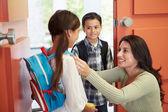дети уходят в школу — Стоковое фото