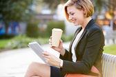 Kobieta na ławce w parku — Zdjęcie stockowe