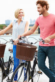 Couple Pushing Bikes — Stockfoto