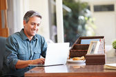 Mature Hispanic Man Using Laptop — Stock Photo