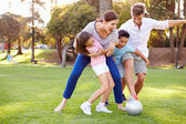 οικογένεια, παίζοντας ποδόσφαιρο στο πάρκο — Φωτογραφία Αρχείου