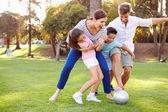 Rodina hrát fotbal v parku — Stock fotografie