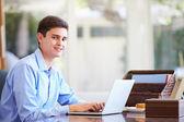 Tonårspojke med laptop — Stockfoto