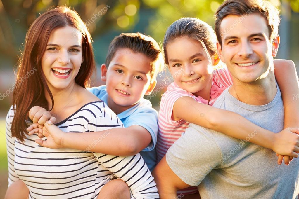 Crianças Se Divertindo No Parque: Família Se Divertindo No Parque