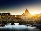 テヴェレ川と聖ピーター大聖堂を見る — ストック写真