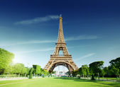 Sunny morning and Eiffel Tower, Paris, France — Stockfoto