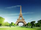 Manhã de sol e a torre eiffel, paris, frança — Fotografia Stock