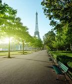 阳光明媚的早晨和艾菲尔铁塔,巴黎,法国 — 图库照片