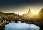在梵蒂冈的台伯河和 st 彼得大教堂上查看 — 图库照片