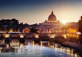 Visa på tibern och st peter basilikan i vatikanen — Stockfoto