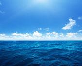 Perfetto cielo e l'acqua dell'oceano indiano — Foto Stock