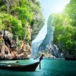 Long boat and rocks on railay beach in Krabi, Thailand - Stockfoto