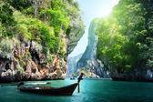 Lång båt och stenar på railay beach i krabi, thailand — Stockfoto