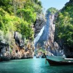 Long boat and rocks on railay beach in Krabi, Thailand — Stockfoto #20019179