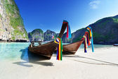 Boats at Maya bay Phi Phi Leh island, Thailand — Stock Photo