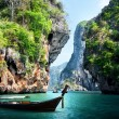 Long boat and rocks on railay beach in Krabi, Thailand — Stock Photo #20501169
