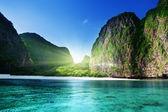 Tiempo por la mañana en maya bay, isla de phi phi leh, tailandia — Foto de Stock