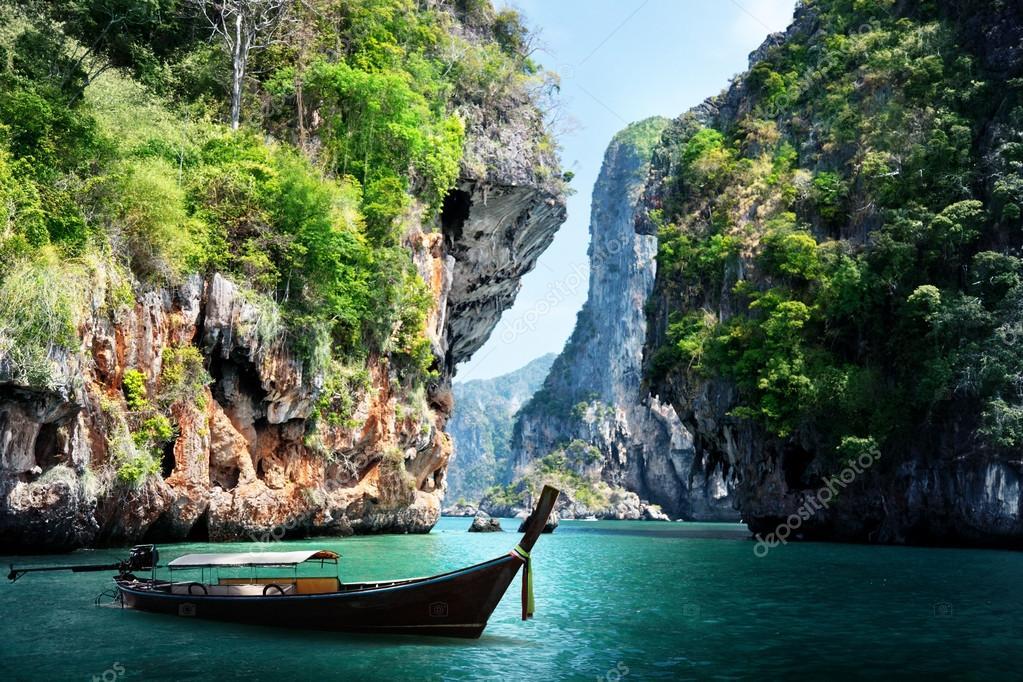 Фотообои Длинные лодки и камни на пляже railay в городе Краби, Таиланд