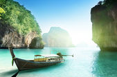 Boat on small island in Thailand — Stockfoto