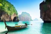 Barco en isla pequeña en tailandia — Foto de Stock