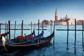 Gondoles sur le grand canal et san giorgio maggiore église dans venic — Photo