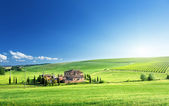 Tuscany landscape with typical farm house, Italty — Stock Photo