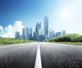 Route asphaltée et ville moderne — Photo