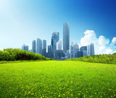 Frühlingspark und moderne Stadt — Stockfoto
