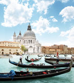 Gondolas on Canal and Basilica Santa Maria della Salute, Venice, — Stock Photo
