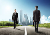 道路上の 2 つのビジネスの男性 — ストック写真