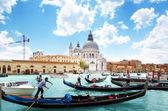 Góndolas en canal y la basílica de santa maria della salute, venecia, — Foto de Stock