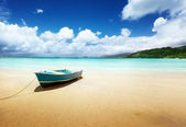 Boat on beach Mahe island, Seychelles — Stock fotografie