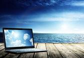 ноутбук onpier и атлантического океана — Стоковое фото