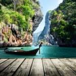 uzun tekne ve kayalar railay Beach, krabi, Tayland — Stok fotoğraf
