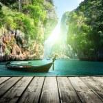 Long boat and rocks on railay beach in Krabi, Thailand — Stock Photo