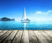 Yacht and wooden platform — Stock Photo