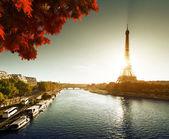 Seine en parís con la torre de eiffel en otoño — Foto de Stock