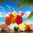 Cocktaisl and tropical fruit on the beach — Стоковое фото
