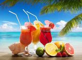 Cocktaisl and tropical fruit on the beach — Stock Photo