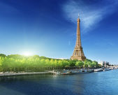 Seine in Paris with Eiffel tower in sunrise time — Stok fotoğraf