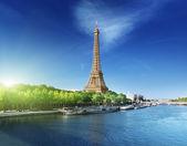 Paris'te eyfel kulesi ile gündoğumu zamanında seine — Stok fotoğraf