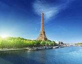 Seine in Paris with Eiffel tower in sunrise time — Стоковое фото
