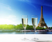 Champaign Glasses and Eiffel tower in Paris — Stockfoto