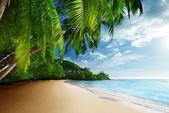 Sunset on beach Anse Takamaka of Mahe island, seychelles — Stock Photo
