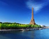 Seine en parís con la torre de eiffel en tiempo del amanecer — Foto de Stock