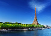 Seine in Paris with Eiffel tower in sunrise time — Stock Photo