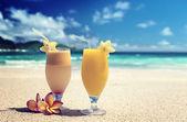 Fresh fruit juices on a tropical beach — Zdjęcie stockowe