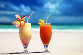 Fresh fruit juices on a tropical beach — Zdjęcie stockowe